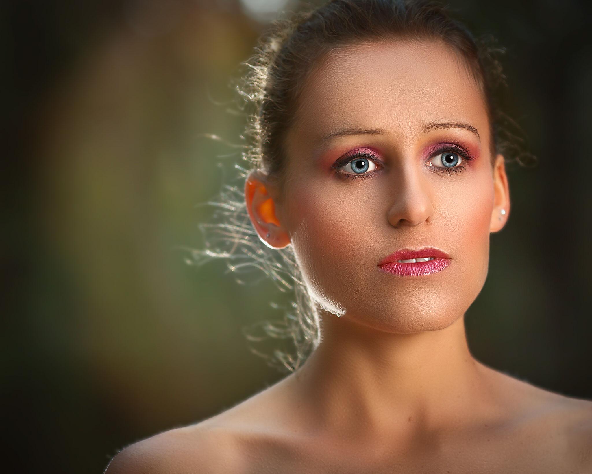 femme closeup nue yeux bleus