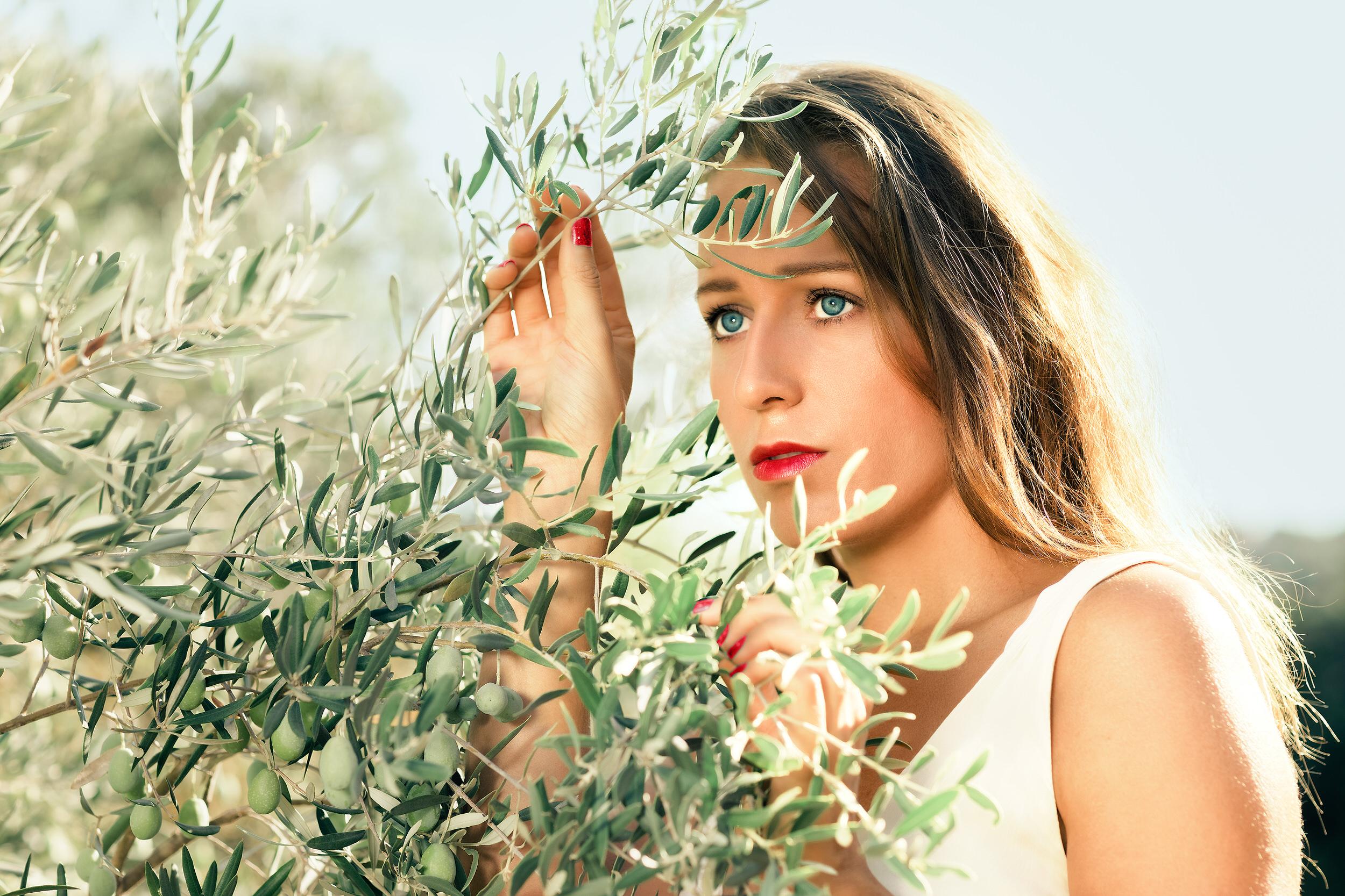 Portrait femme dans les oliviers Rognac
